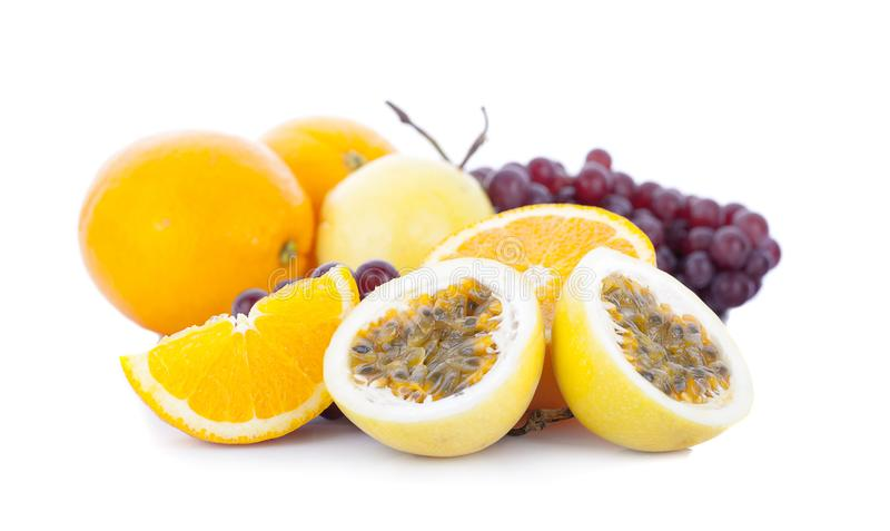 Свежий апельсин отрезанный на белой предпосылке стоковые изображения