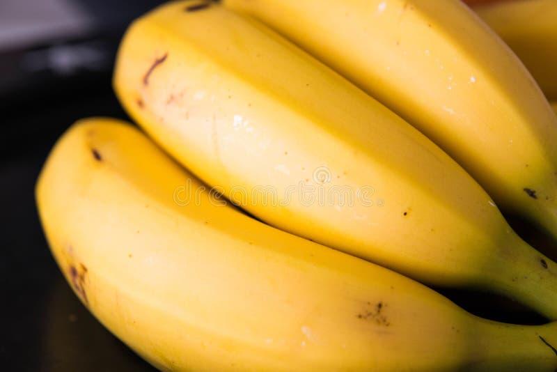 Свежий банан изолировал близко вверх по желтому цвету совершенно зрелому стоковое изображение