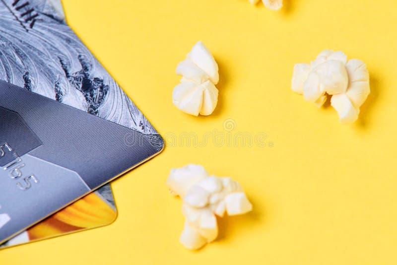 Свежий белый попкорн Желтая предпосылка голубая карточки пластмассы подкраска специально стоковое фото