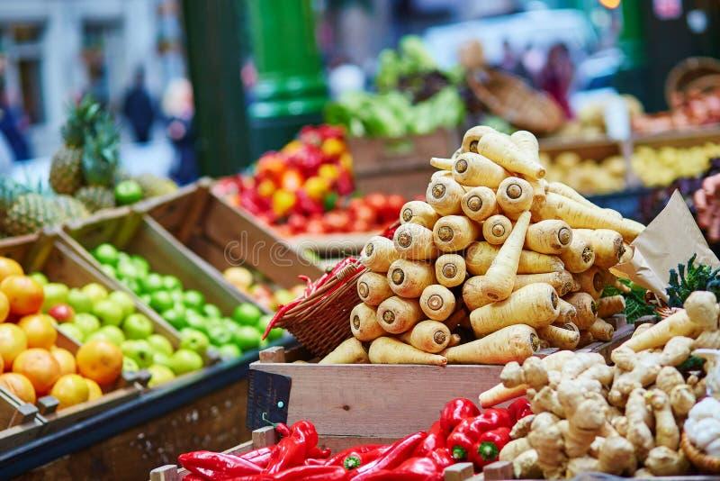 Свежий био пастернак на рынке фермера Лондона стоковые изображения