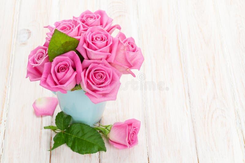Свежий букет роз пинка сада весны стоковая фотография rf