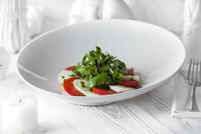 Свежий вкусный салат сделанный из томатов и сыра стоковые фото