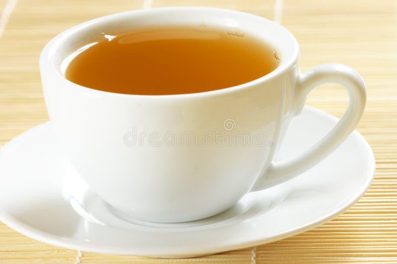 Свежий горячий чай в белом cllose-up чашки стоковое изображение