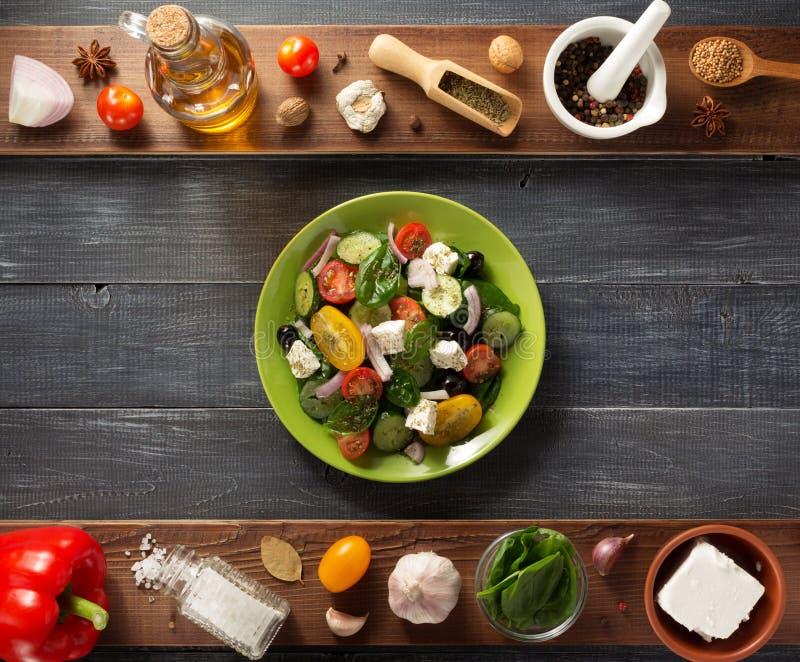 Свежий греческий салат в плите и ингридиентах стоковые фотографии rf