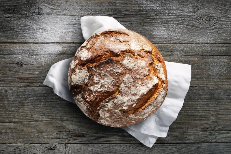 Свежий деревенский хлеб на деревянном столе стоковые изображения rf