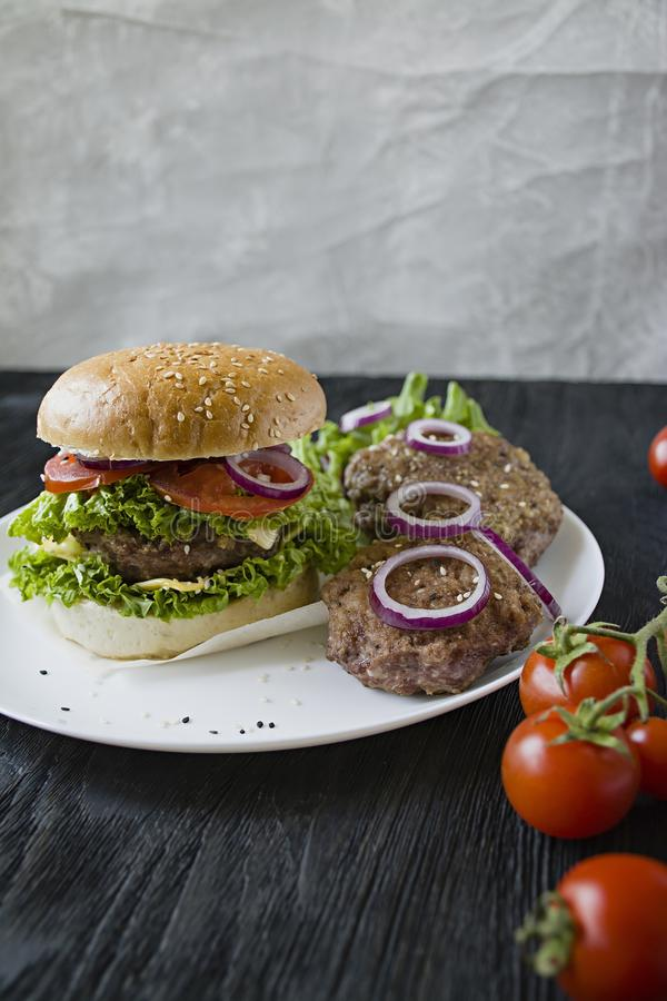 Свежий домодельный бургер на белой плите Нездоровая еда стоковая фотография rf