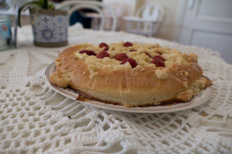 Свежий домодельный круглый rapsberry торт стоковое фото