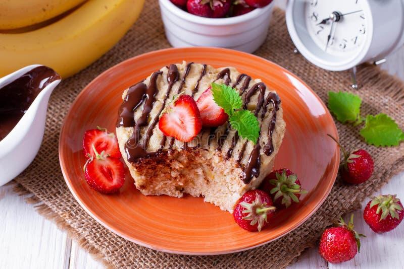 Свежий домодельный торт со свежими клубниками стоковая фотография rf