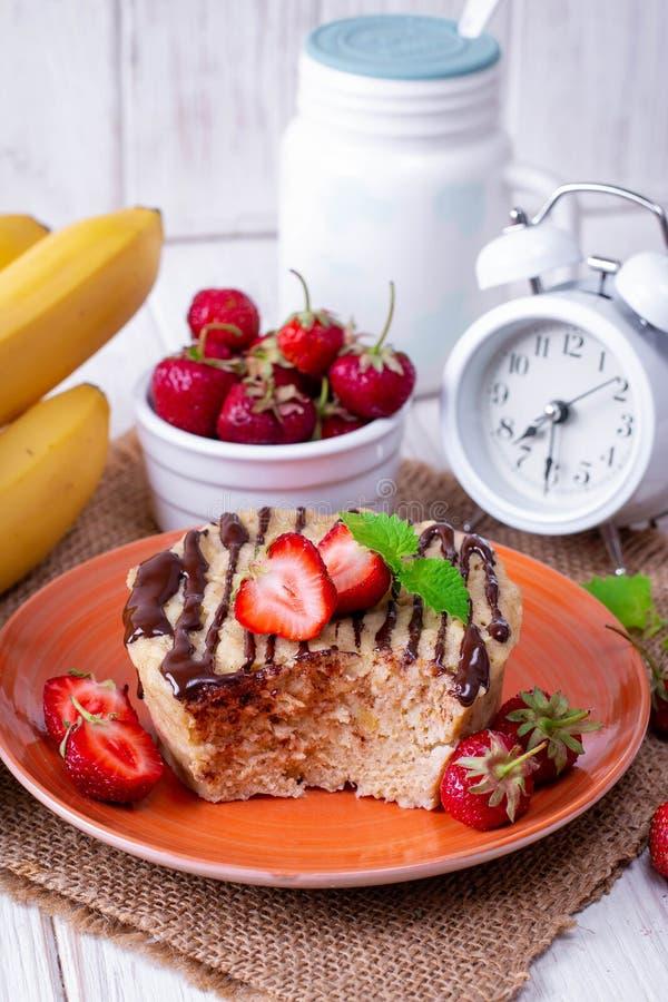 Свежий домодельный торт со свежими клубниками стоковые фото