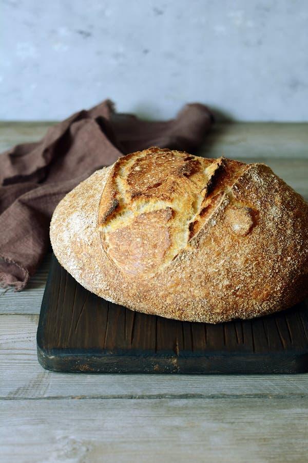 Свежий домодельный хлеб на серой предпосылке crisp разведенный франчуз Хлеб на активизирует Пресный хлеб обед гинеи предпосылки с стоковые фотографии rf