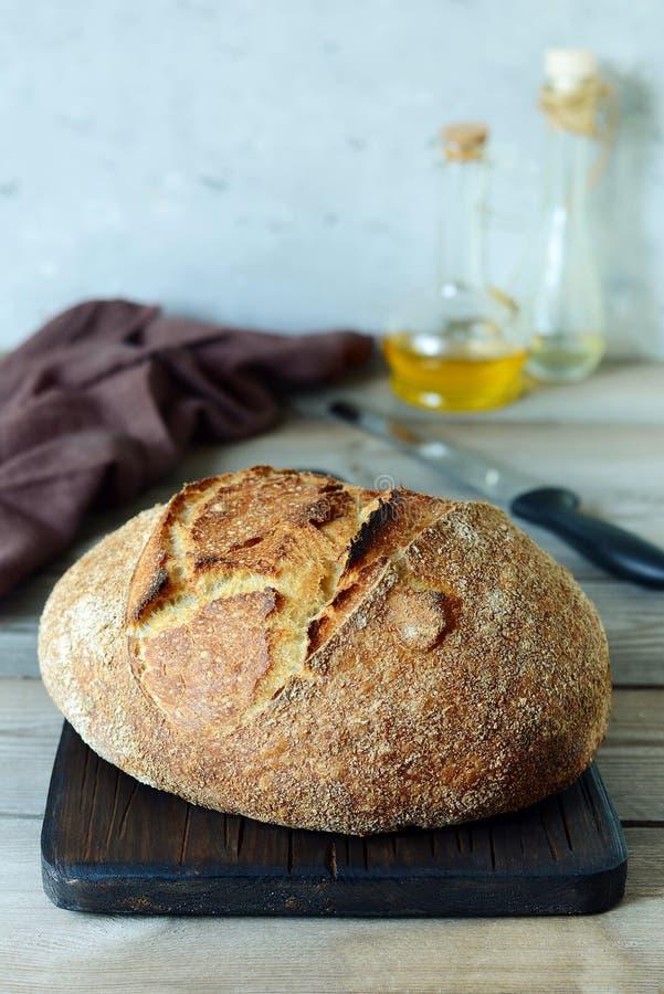 Свежий домодельный хлеб на серой предпосылке crisp разведенный франчуз Хлеб на активизирует Пресный хлеб обед гинеи предпосылки с стоковое фото rf