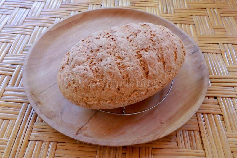 Свежий домодельный хлеб сделанный из муки пшеницы и рож Отрезанный хлеб в плетеной корзине Свежий домодельный хлеб сделанный flou стоковая фотография rf