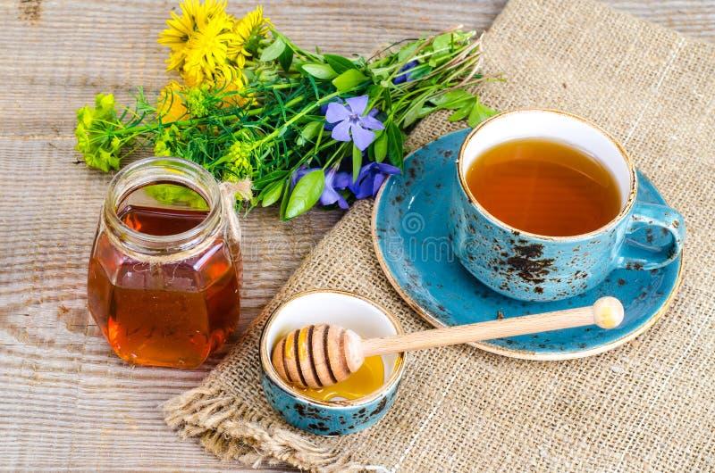 Свежий душистый вкусный мед от диких растений стоковые изображения rf