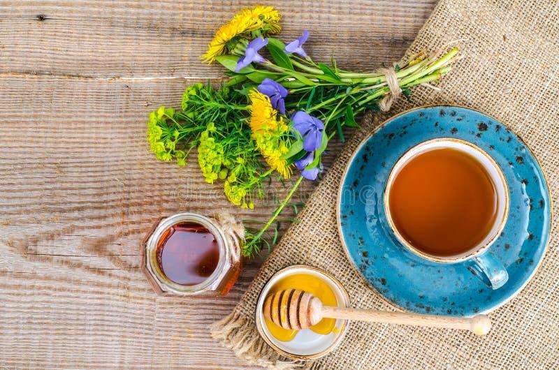 Свежий душистый вкусный мед от диких растений стоковая фотография rf