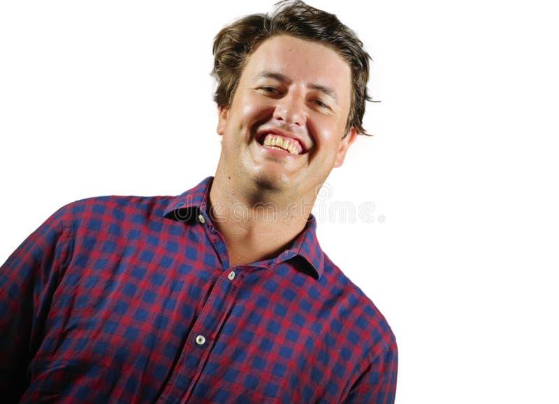 Свежий естественный портрет молодой усмехаться счастливого и успешного человека по соседству уверенный и жизнерадостный выглядеть стоковое фото rf