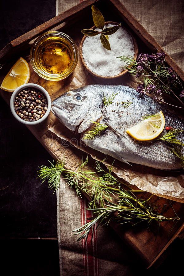 Свежий лещ моря с condiments, травами и специями стоковое фото