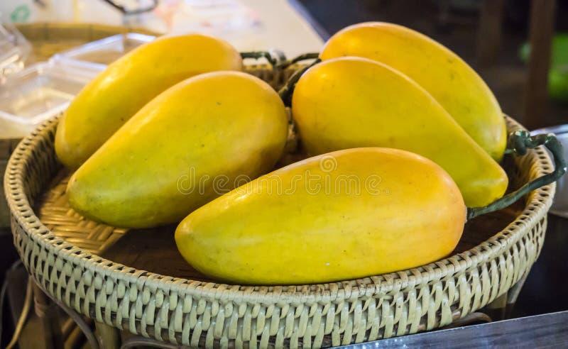 Свежий желтый плод манго внутри Handcraft концепция нового рынка корзины стоковые изображения rf