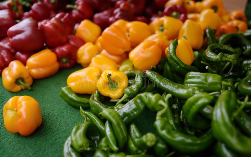 Свежий здоровый био красный цвет, желтая паприка и зеленый перец на рынке сельскохозяйственной продукции фермера стоковое фото