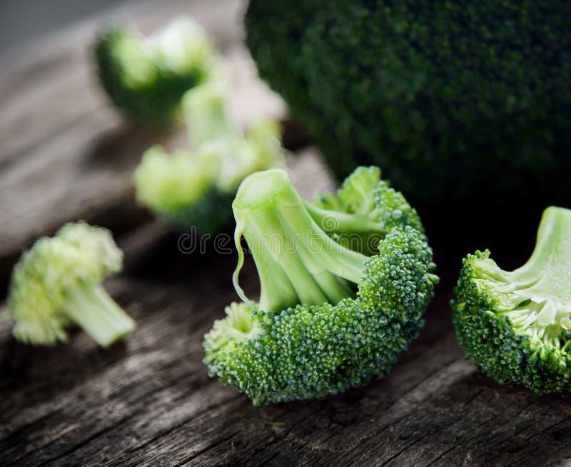 Свежий зеленый брокколи на деревянном стоковые фото