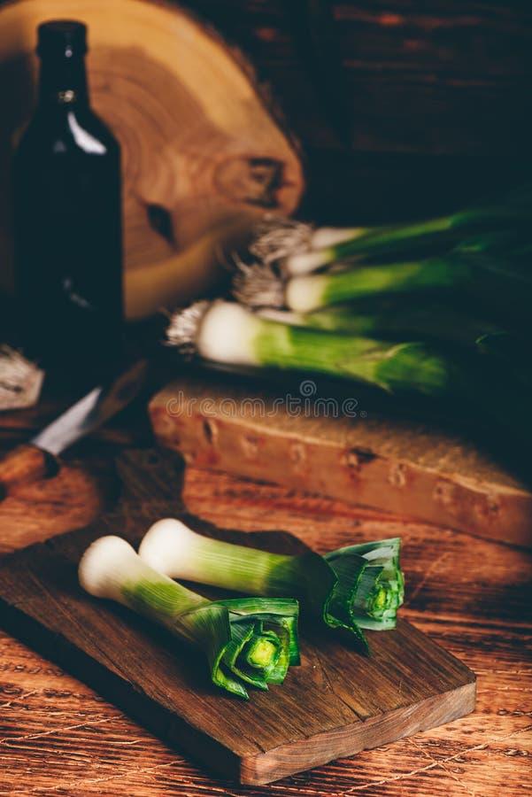 Свежий зеленый лук-порей на разделочной доске стоковые фото