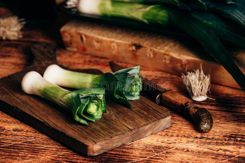Свежий зеленый лук-порей на разделочной доске стоковые изображения