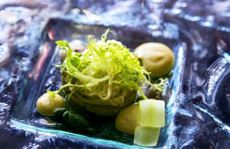 Свежий зеленый салат с кусками огурца на стеклянном блюде стоковые изображения