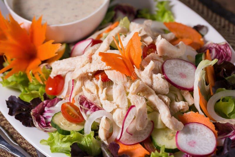 Свежий зеленый салат с backgrou лета цыпленка и салата свежим стоковое изображение rf