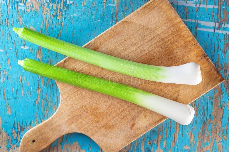 Свежий зеленый лук-порей на кухонном столе, взгляд сверху стоковые фото