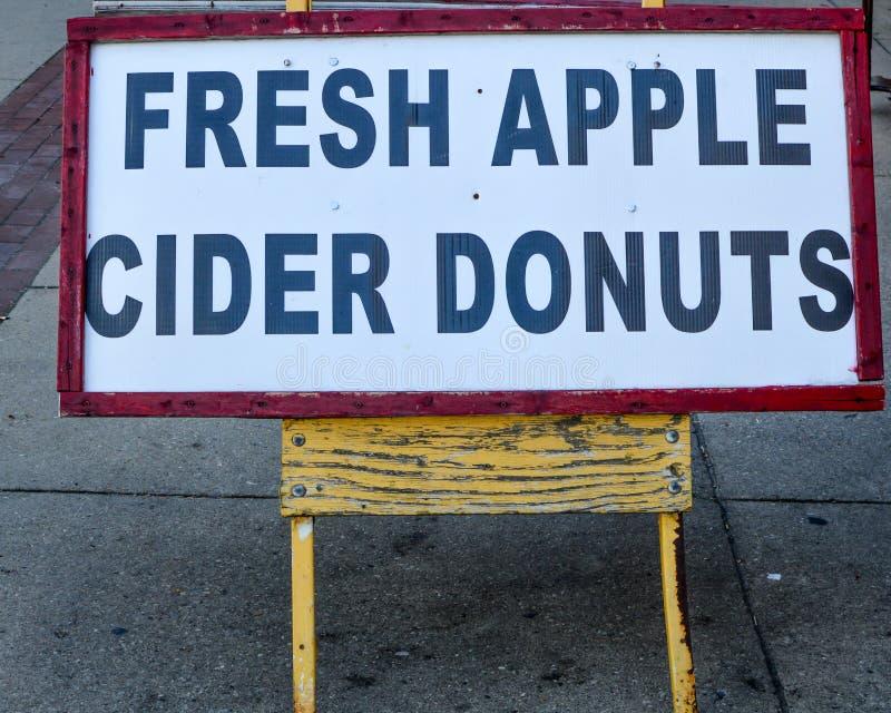 Свежий знак Donuts яблочного сидра стоковая фотография