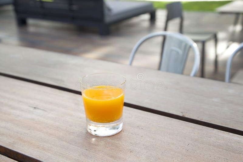 Свежий зрелый апельсиновый сок стоковая фотография
