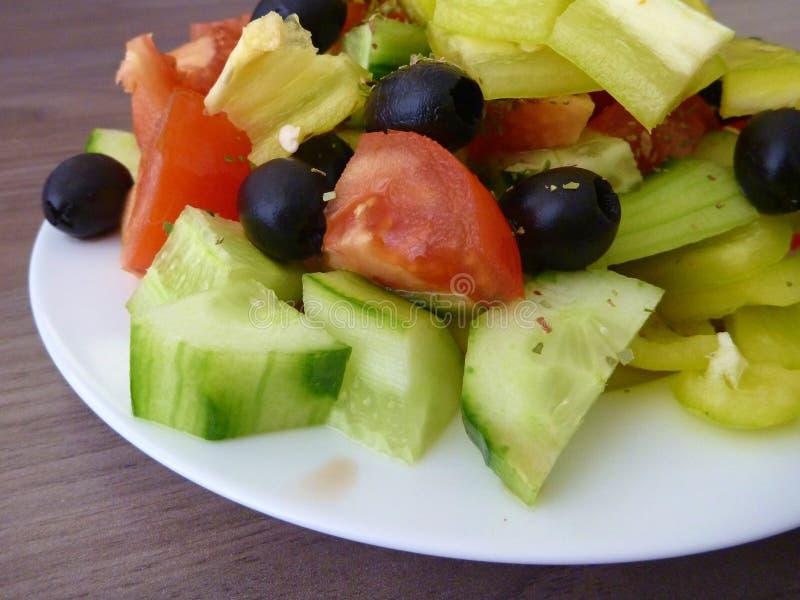 Свежий здоровый vegetable салат служил на белой плите стоковая фотография rf