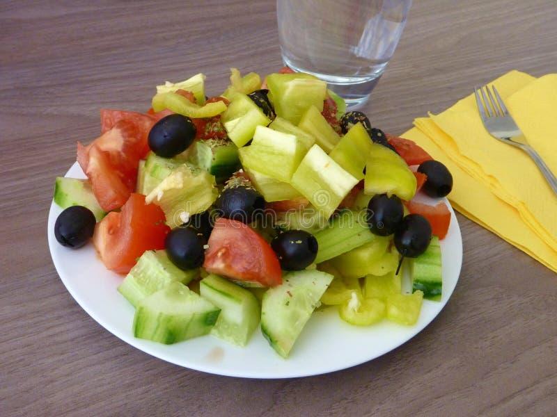 Свежий здоровый vegetable салат служил на белой плите стоковые изображения
