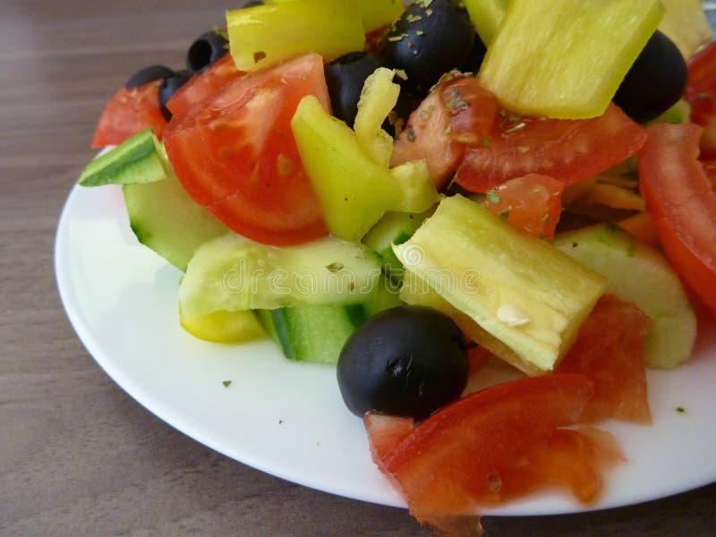 Свежий здоровый vegetable салат служил на белой плите стоковые фотографии rf