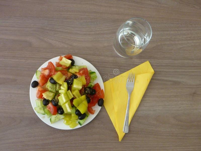 Свежий здоровый vegetable салат служил на белой плите стоковые изображения rf