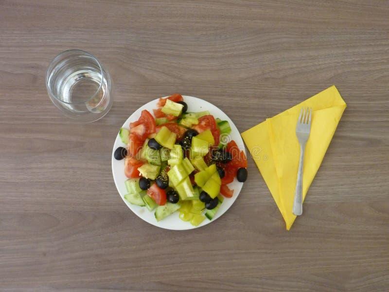 Свежий здоровый vegetable салат служил на белой плите стоковое изображение