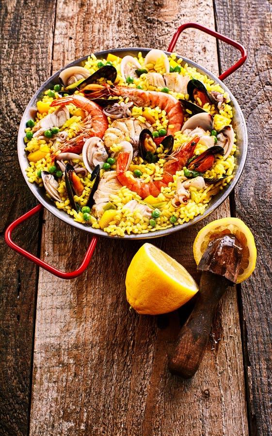 Свежий лимон и красочное блюдо риса паэлья морепродуктов стоковое фото