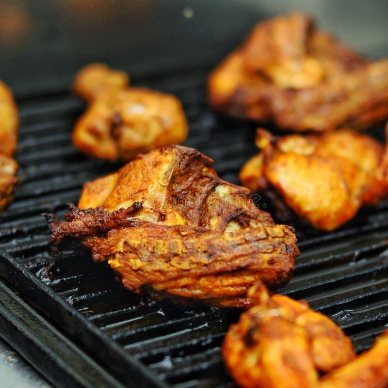 Свежий и вкусный зажаренный цыпленок стоковые фотографии rf
