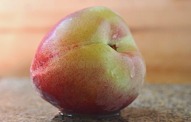 Свежий и естественный влажный близкий взгляд персика стоковое фото