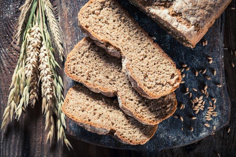 Свежий и здоровый ломоть хлеба с всеми зернами стоковые фотографии rf