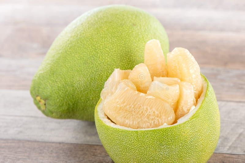 Свежий и, который слез пампельмус помела, грейпфрут с кусками стоковое изображение rf