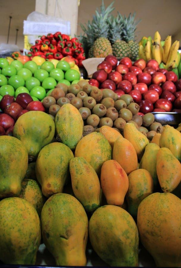 Свежий и сияющий, куча еды, яблоко, папапайя, киви, перец, банан и ананас на рынке плода стоковое изображение