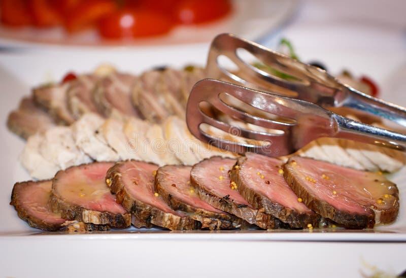 Свежий и сырое мясо Стейки медальонов филея в ряд готовые для того чтобы сварить Классн классный предпосылки черное стоковое изображение rf