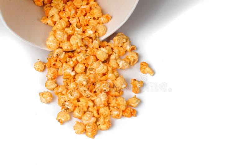 Свежий и теплый вкусный попкорн соли в ведре белой бумаги стоковое фото