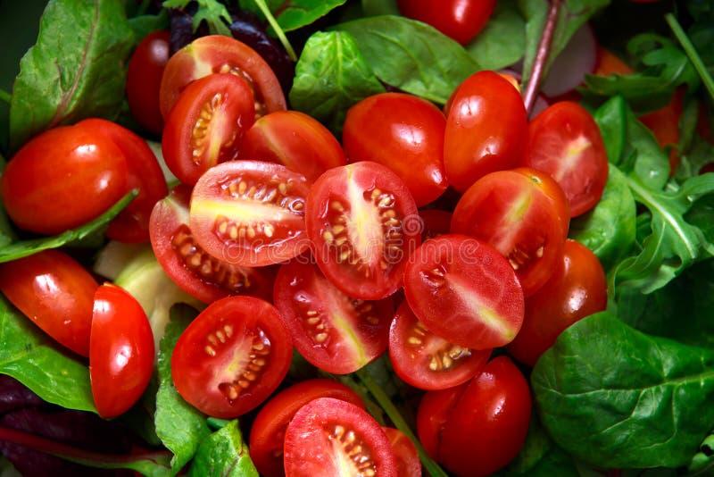 Свежий конец вверх по салату отвеса вишни томата стоковая фотография