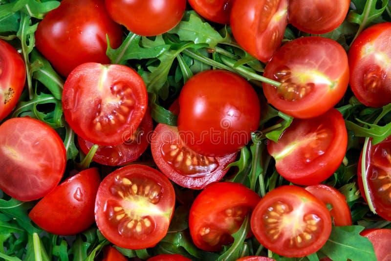 Свежий конец вверх по салату томата вишни с ракетой выходит стоковое изображение