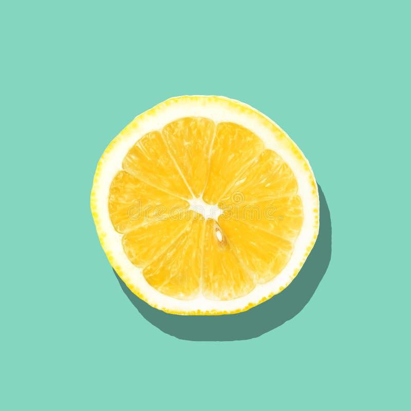Свежий конец куска лимона вверх на яркой голубой предпосылке Плоское положение лето seashells песка рамки принципиальной схемы пр стоковое фото