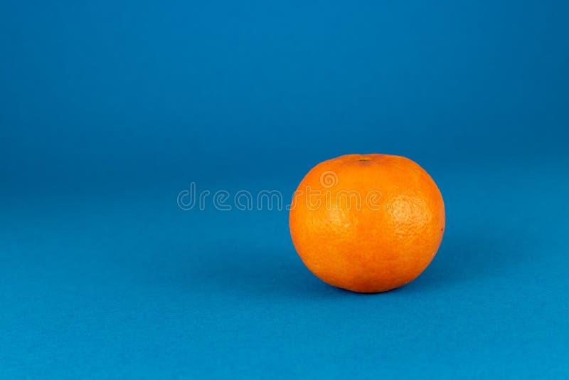 Свежий, который слезли апельсин мандарина изолированный на голубой предпосылке стоковое изображение rf
