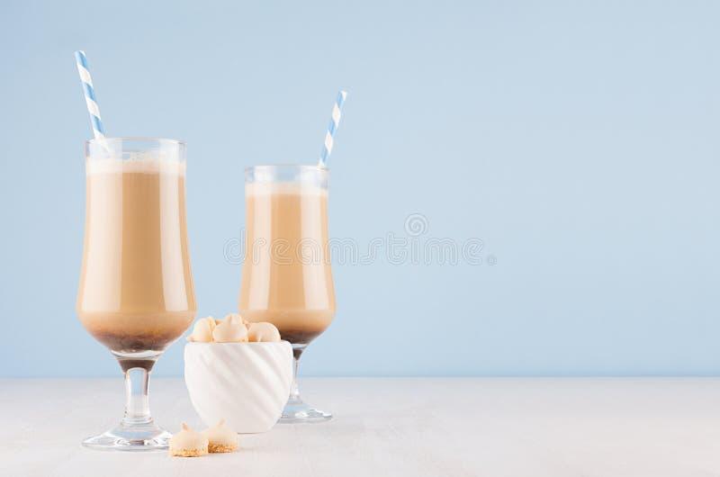Свежий кофе выпивает со сливками, striped соломы в рюмке и печенья в шаре н стоковые фотографии rf
