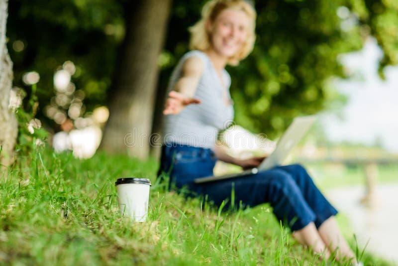 Свежий кофе современная женщина с компьютером на открытом воздухе лето онлайн Диаграмма утра Милая женщина выпивая на вынос кофе стоковые изображения rf