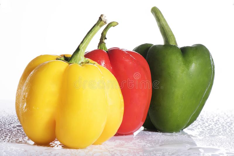 Свежий красочный болгарский перец на белой предпосылке стоковое изображение